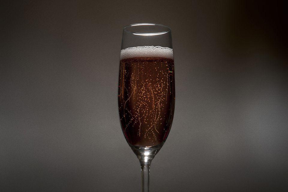 Коктейль из шампанского и бурбона