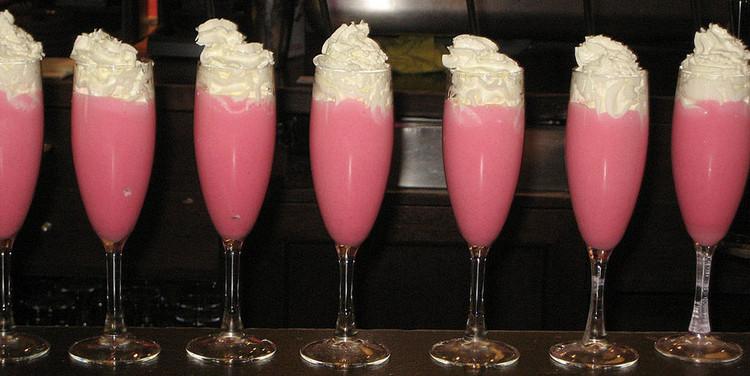 Розовая пантера с игристым вином и взбитыми сливками