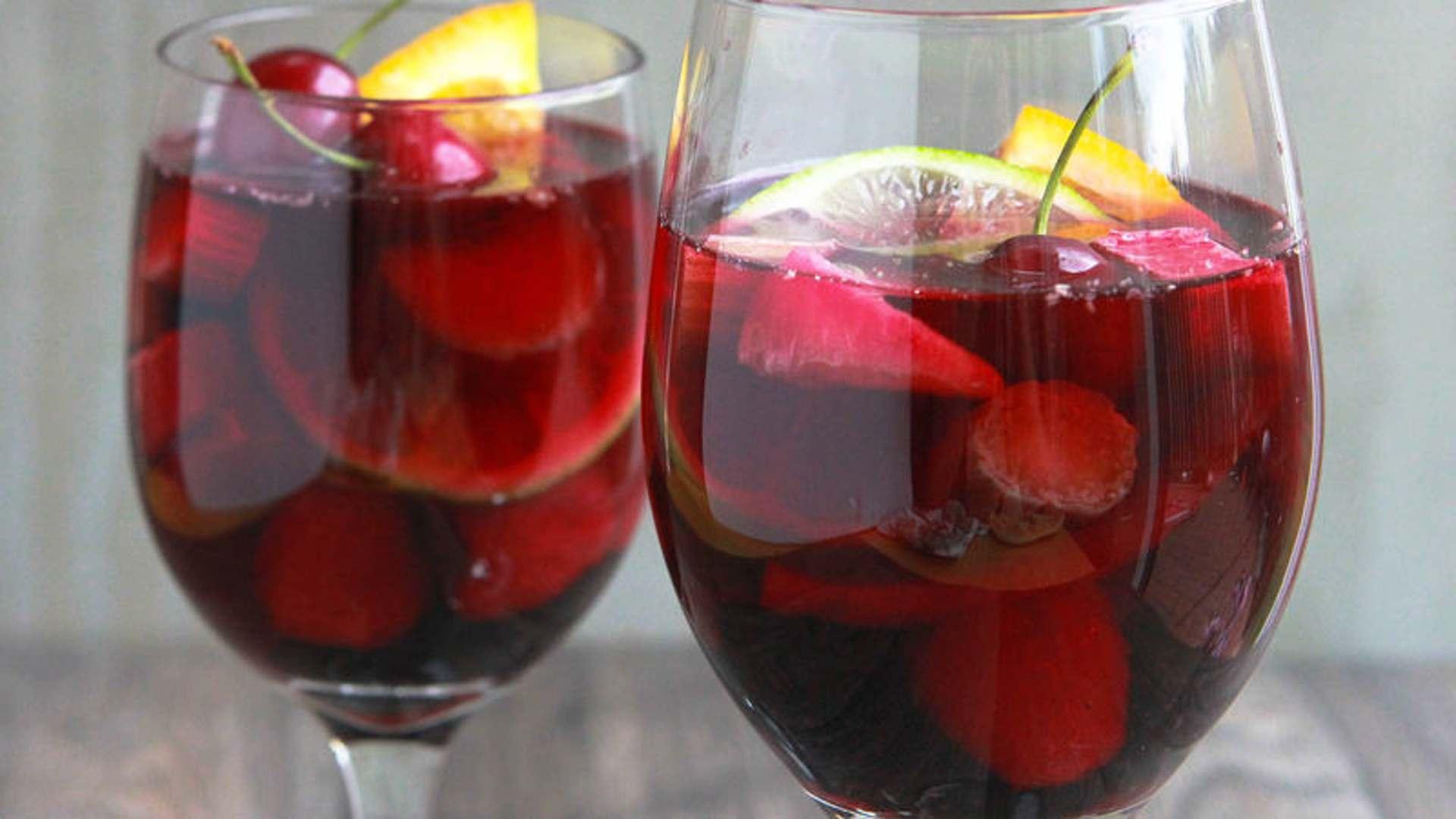 Праздничная сангрия с вишней и шампанским