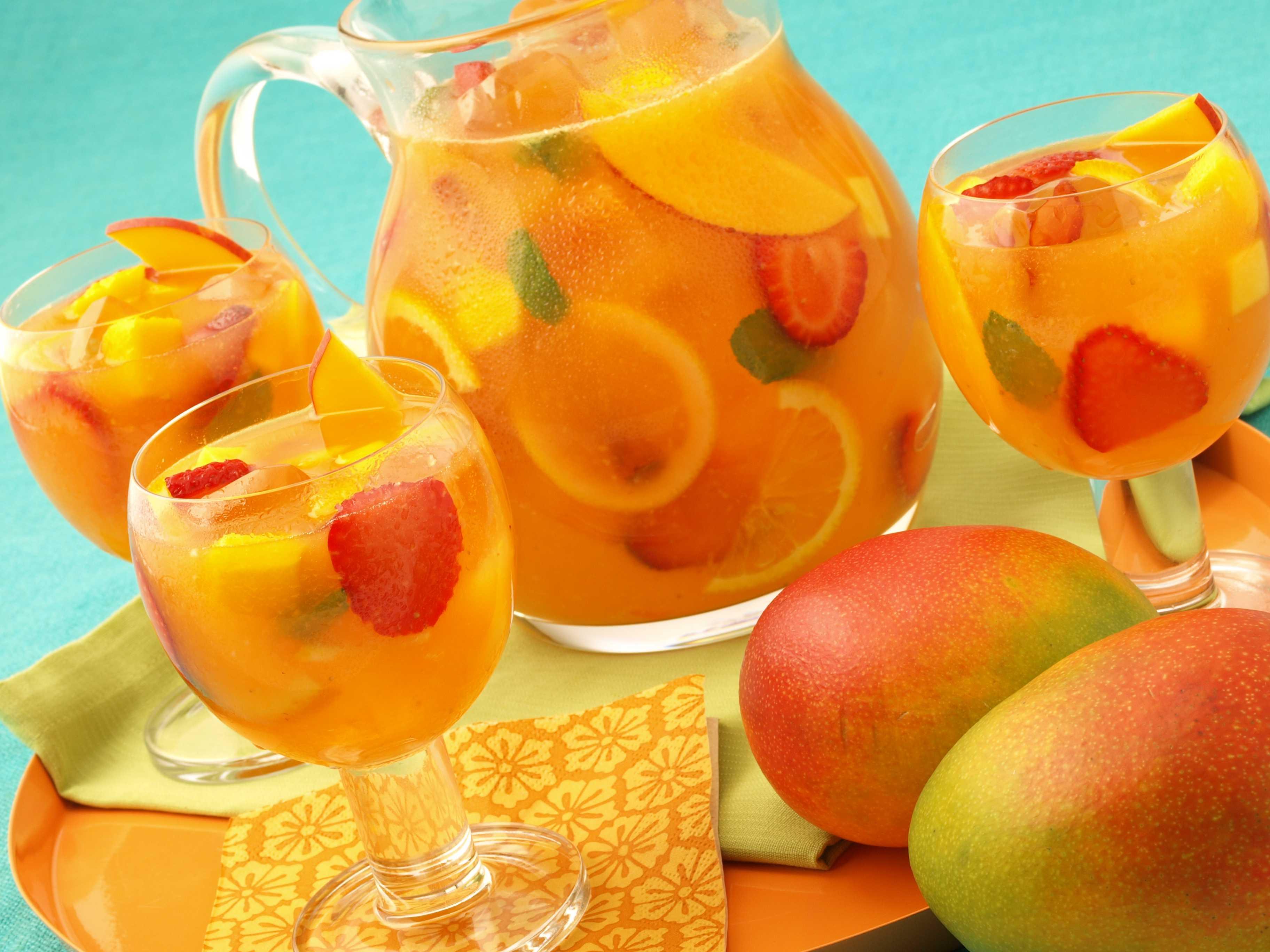 Летняя сангрия с клубникой и манго